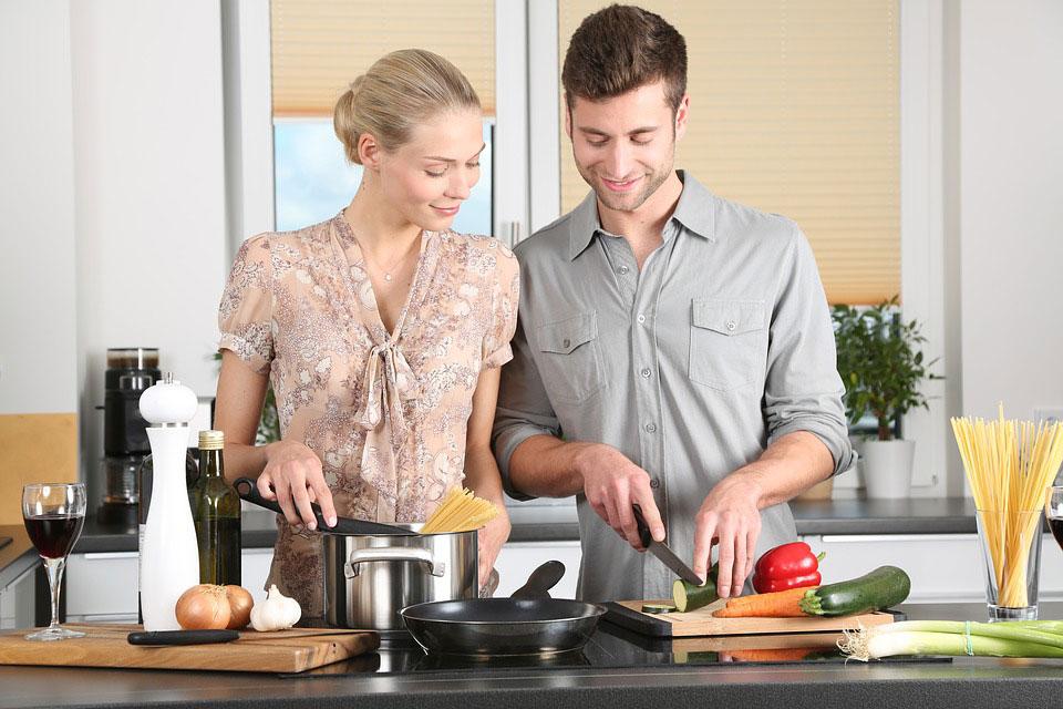 Frau und Man mit Kochmesser