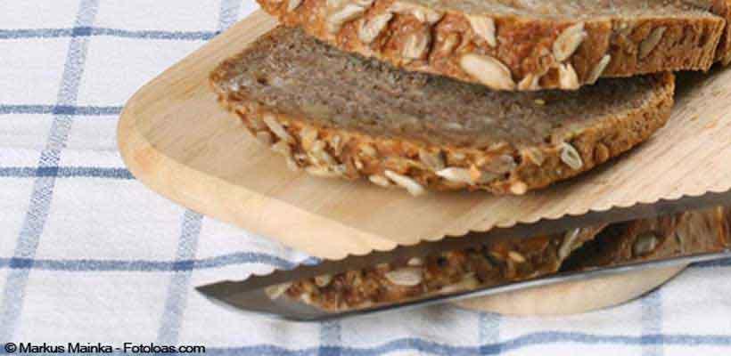 Brotmesser mit Brot