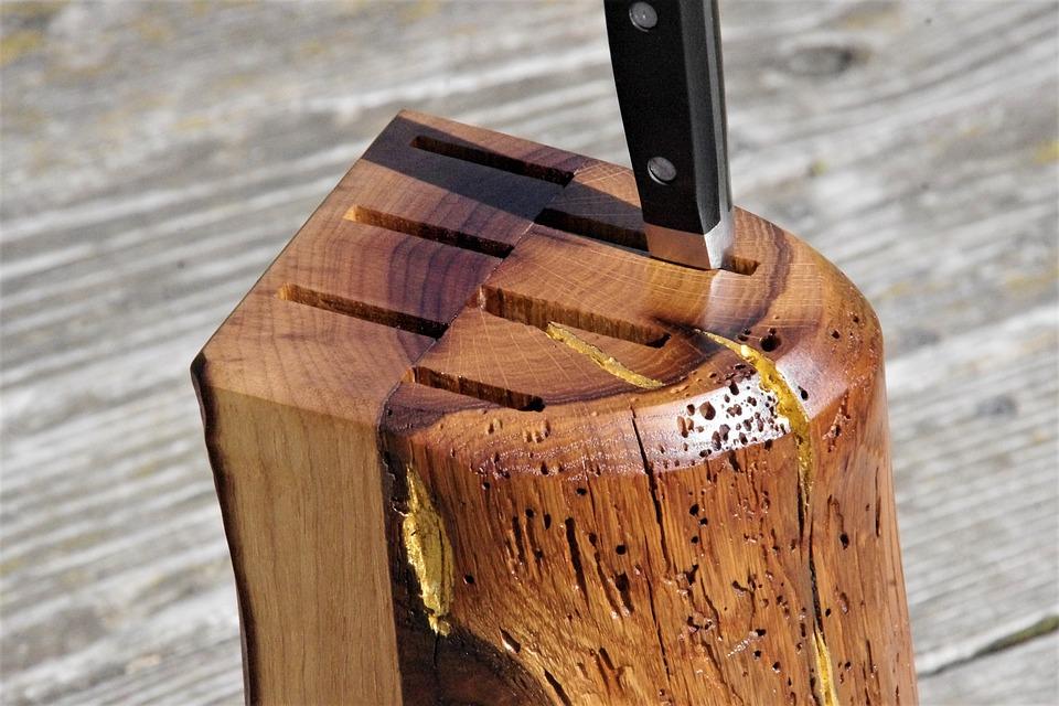 Messerblock aus einem Holzklotz